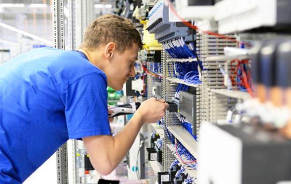 Optimierungsarbeiten an Sondermaschinen (aktuell überwiegend in der Kunststoff- Extrusionstechnik) Effizienzsteigerung für Produktion und Fertigung